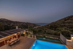 Бассейн. Греция, Агия Пелагия : Прекрасная вилла с бассейном, зеленой лужайкой, барбекю и видом на море, 3 спальни, 3 ванные комнаты, парковка, Wi-Fi