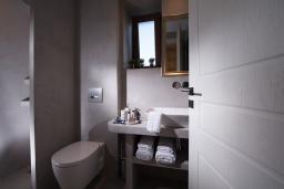 Ванная комната 2. Греция, Агия Пелагия : Прекрасная вилла с бассейном, зеленой лужайкой, барбекю и видом на море, 3 спальни, 3 ванные комнаты, парковка, Wi-Fi