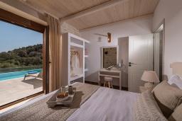 Спальня. Греция, Агия Пелагия : Прекрасная вилла с бассейном, зеленой лужайкой, барбекю и видом на море, 3 спальни, 3 ванные комнаты, парковка, Wi-Fi