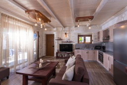 Кухня. Греция, Агия Пелагия : Прекрасная вилла с бассейном, зеленой лужайкой, барбекю и видом на море, 3 спальни, 3 ванные комнаты, парковка, Wi-Fi