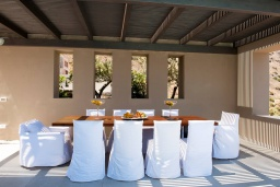 Обеденная зона. Греция, Элунда : Современная вилла с бассейном и шикарным видом на море, 6 спален, 6 ванных комнат, парковка, Wi-Fi