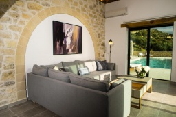 Гостиная. Греция, Фаласарна : Роскошная вилла с бассейном и видом на море, 3 спальни, 3 ванные комнаты, джакузи, сауна, барбекю, парковка, Wi-Fi