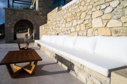 Терраса. Греция, Фаласарна : Роскошная вилла с бассейном и видом на море, 3 спальни, 3 ванные комнаты, джакузи, сауна, барбекю, парковка, Wi-Fi