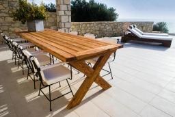 Обеденная зона. Греция, Фаласарна : Роскошная вилла с бассейном и видом на море, 3 спальни, 3 ванные комнаты, джакузи, сауна, барбекю, парковка, Wi-Fi