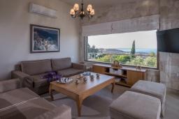 Гостиная. Греция, Агия Пелагия : Роскошная вилла с бассейном, зеленым двориком с барбекю и видом на море, 5 спален, 3 ванные комнаты, парковка, Wi-Fi