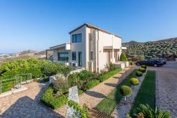 Фасад дома. Греция, Агия Пелагия : Роскошная вилла с бассейном, зеленым двориком с барбекю и видом на море, 5 спален, 3 ванные комнаты, парковка, Wi-Fi