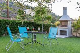 Территория. Греция, Агия Пелагия : Роскошная вилла с бассейном, зеленым двориком с барбекю и видом на море, 5 спален, 3 ванные комнаты, парковка, Wi-Fi
