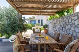 Обеденная зона. Греция, Агия Пелагия : Роскошная вилла с бассейном, зеленым двориком с барбекю и видом на море, 5 спален, 3 ванные комнаты, парковка, Wi-Fi
