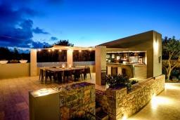 Терраса. Греция, Милатос : Роскошная вилла с бассейном и зеленым двориком с барбекю и патио, 4 спальни, 3 ванные комнаты, парковка, Wi-Fi