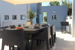 Обеденная зона. Греция, Милатос : Роскошная вилла с бассейном и зеленым двориком с барбекю и патио, 4 спальни, 3 ванные комнаты, парковка, Wi-Fi