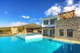 Фасад дома. Греция, Сиси : Роскошная вилла с большим бассейном, джакузи и зеленым двориком с барбекю, 6 спален, 6 ванных комнат, парковка, Wi-Fi