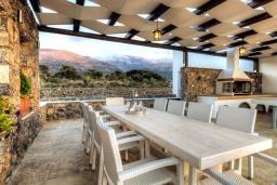 Обеденная зона. Греция, Сиси : Роскошная вилла с большим бассейном, джакузи и зеленым двориком с барбекю, 6 спален, 6 ванных комнат, парковка, Wi-Fi