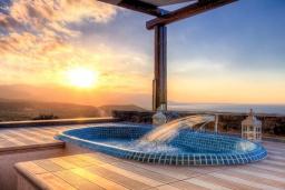 Терраса. Греция, Сиси : Роскошная вилла с большим бассейном, джакузи и зеленым двориком с барбекю, 6 спален, 6 ванных комнат, парковка, Wi-Fi