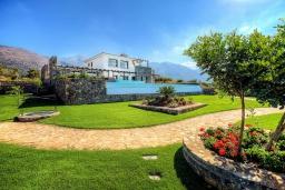 Территория. Греция, Сиси : Роскошная вилла с большим бассейном, джакузи и зеленым двориком с барбекю, 6 спален, 6 ванных комнат, парковка, Wi-Fi