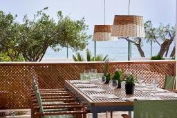 Обеденная зона. Греция, Иерапетра : Роскошная пляжная вилла с зеленым двориком с барбекю, 5 спален, 4 ванные комнаты, парковка, Wi-Fi