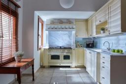 Кухня. Греция, Ираклион : Роскошная каменная вилла с бассейном и зеленой территорией, 4 спальни, 3 ванные комнаты, барбекю, патио, парковка, Wi-Fi