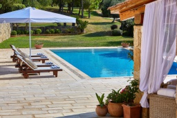 Бассейн. Греция, Ираклион : Роскошная каменная вилла с бассейном и зеленой территорией, 4 спальни, 3 ванные комнаты, барбекю, патио, парковка, Wi-Fi