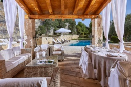 Патио. Греция, Ираклион : Роскошная каменная вилла с бассейном и зеленой территорией, 4 спальни, 3 ванные комнаты, барбекю, патио, парковка, Wi-Fi