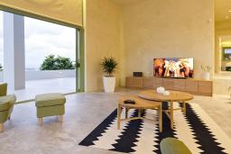 Гостиная. Греция, Агия Пелагия : Роскошная вилла с бассейном и видом на море, 2 спальни, 2 ванные комнаты, барбекю, парковка, Wi-Fi