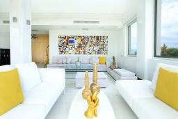 Гостиная. Греция, Ираклион : Роскошная вилла с бассейном и приватным двориком с барбекю, 4 спальни, 4 ванные комнаты, парковка, Wi-Fi
