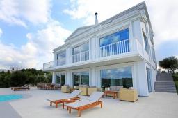 Фасад дома. Греция, Ираклион : Роскошная вилла с бассейном и приватным двориком с барбекю, 4 спальни, 4 ванные комнаты, парковка, Wi-Fi