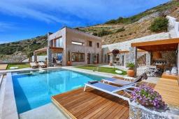 Фасад дома. Греция, Агия Пелагия : Роскошная вилла с бассейном и шикарным видом на море, 3 спальни, 2 ванные комнаты, патио, барбекю, парковка, Wi-Fi
