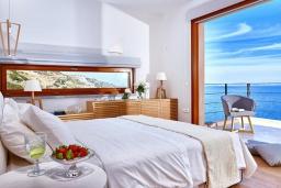Спальня. Греция, Агия Пелагия : Роскошная вилла с бассейном и шикарным видом на море, 3 спальни, 2 ванные комнаты, патио, барбекю, парковка, Wi-Fi