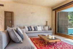 Гостиная. Греция, Элафониси : Прекрасная пляжная вилла с бассейном, отдельная спальня, 2 ванные комнаты, барбекю, парковка, Wi-Fi