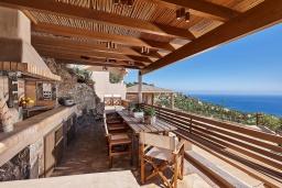 Терраса. Греция, Ираклион : Роскошная вилла с большим бассейном и видом на море, 2 гостиные, 4 спальни, 3 ванные комнаты, барбекю, парковка, Wi-Fi