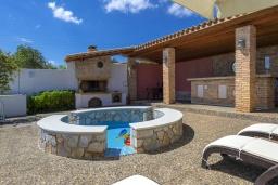 Территория. Греция,  Ханья : Прекрасная вилла в 100 метрах от пляжа с бассейном и двориком с барбекю, 4 спальни, 4 ванные комнаты, детская площадка, парковка, Wi-Fi