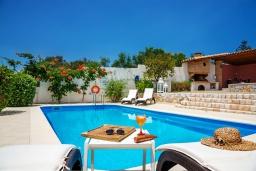 Бассейн. Греция,  Ханья : Прекрасная вилла в 100 метрах от пляжа с бассейном и двориком с барбекю, 4 спальни, 4 ванные комнаты, детская площадка, парковка, Wi-Fi