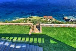 Территория. Греция, Агия Пелагия : Роскошная вилла в 25 метрах от пляжа с бассейном и шикарным видом на море, 5 спален, 5 ванных комнат, барбекю, сауна, парковка, Wi-Fi