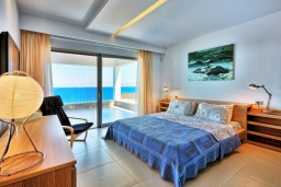 Спальня. Греция, Агия Пелагия : Роскошная вилла в 25 метрах от пляжа с бассейном и шикарным видом на море, 5 спален, 5 ванных комнат, барбекю, сауна, парковка, Wi-Fi