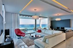 Гостиная. Греция, Агия Пелагия : Роскошная вилла в 25 метрах от пляжа с бассейном и шикарным видом на море, 5 спален, 5 ванных комнат, барбекю, сауна, парковка, Wi-Fi