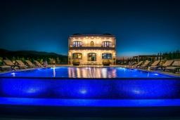 Фасад дома. Греция, Агия Пелагия : Роскошная вилла с бассейном, большим садом и шикарным видом на море, 6 спален, 5 ванных комнат, барбекю, парковка, Wi-Fi
