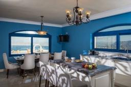 Кухня. Греция, Агия Пелагия : Роскошная вилла с бассейном, большим садом и шикарным видом на море, 6 спален, 5 ванных комнат, барбекю, парковка, Wi-Fi