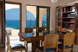 Обеденная зона. Греция, Айос Николас : Прекрасная вилла с бассейном в 150 метрах от пляжа, 3 спальни, 4 ванные комнаты, барбекю, парковка, Wi-Fi