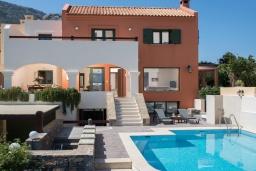 Фасад дома. Греция, Айос Николас : Прекрасная вилла с бассейном в 150 метрах от пляжа, 3 спальни, 4 ванные комнаты, барбекю, парковка, Wi-Fi