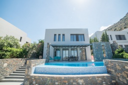 Фасад дома. Греция, Элунда : Современная вилла с бассейном и шикарным видом на море, 6 спален, 7 ванных комнат, парковка, Wi-Fi
