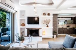 Гостиная. Греция, Сиси : Прекрасная вилла с бассейном и зеленым двориком с барбекю, 3 спальни, 3 ванные комнаты, парковка, Wi-Fi