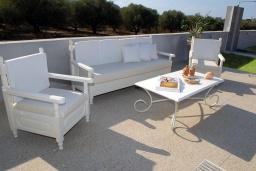 Патио. Греция, Сиси : Прекрасная вилла с бассейном и зеленым двориком с барбекю, 3 спальни, 3 ванные комнаты, парковка, Wi-Fi