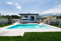 Фасад дома. Греция, Сиси : Прекрасная вилла с бассейном и зеленым двориком с барбекю, 3 спальни, 3 ванные комнаты, парковка, Wi-Fi