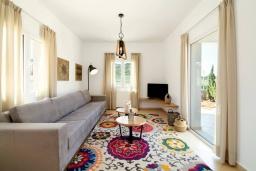 Гостиная. Греция, Сиси : Роскошная вилла с бассейном и зеленым двориком с барбекю, 5 спален, 4 ванные комнаты, парковка, Wi-Fi