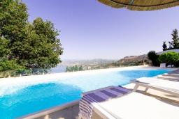Бассейн. Греция, Агия Пелагия : Прекрасная вилла с бассейном, зеленым садом и видом на море, 4 спальни, 4 ванные комнаты, барбекю, парковка, Wi-Fi