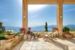 Терраса. Греция, Агия Пелагия : Прекрасная вилла с бассейном, зеленым садом и видом на море, 4 спальни, 4 ванные комнаты, барбекю, парковка, Wi-Fi
