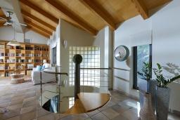 Гостиная. Греция, Агия Пелагия : Прекрасная вилла с бассейном, зеленым садом и видом на море, 4 спальни, 4 ванные комнаты, барбекю, парковка, Wi-Fi