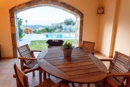 Обеденная зона. Греция, Агия Пелагия : Прекрасная вилла с бассейном и зеленой территорией с барбекю, 5 спален, 7 ванных комнат, джакузи, парковка, Wi-Fi