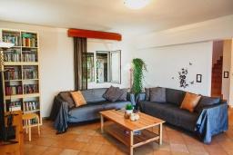 Гостиная. Греция, Агия Пелагия : Прекрасная вилла с бассейном и зеленой территорией с барбекю, 5 спален, 7 ванных комнат, джакузи, парковка, Wi-Fi
