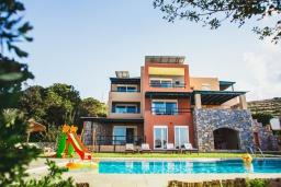 Фасад дома. Греция, Агия Пелагия : Прекрасная вилла с бассейном и зеленой территорией с барбекю, 5 спален, 7 ванных комнат, джакузи, парковка, Wi-Fi