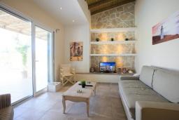 Гостиная. Греция, Агиос Прокопиос : Уютная вилла с бассейном и приватным двориком, 2 спальни, 2 ванные комнаты, парковка, Wi-Fi